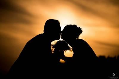 mariés à contre jour couché de soleil