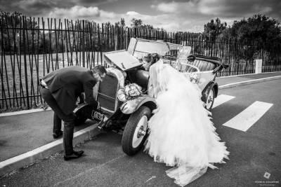photos de mariage originale avec une vielle voiture