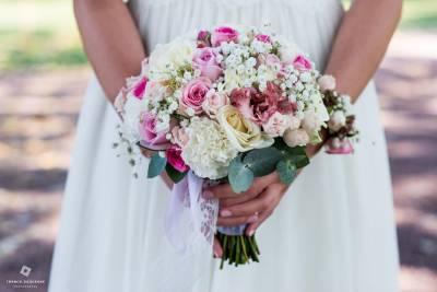 gros plan sur le bouquet de la mariée