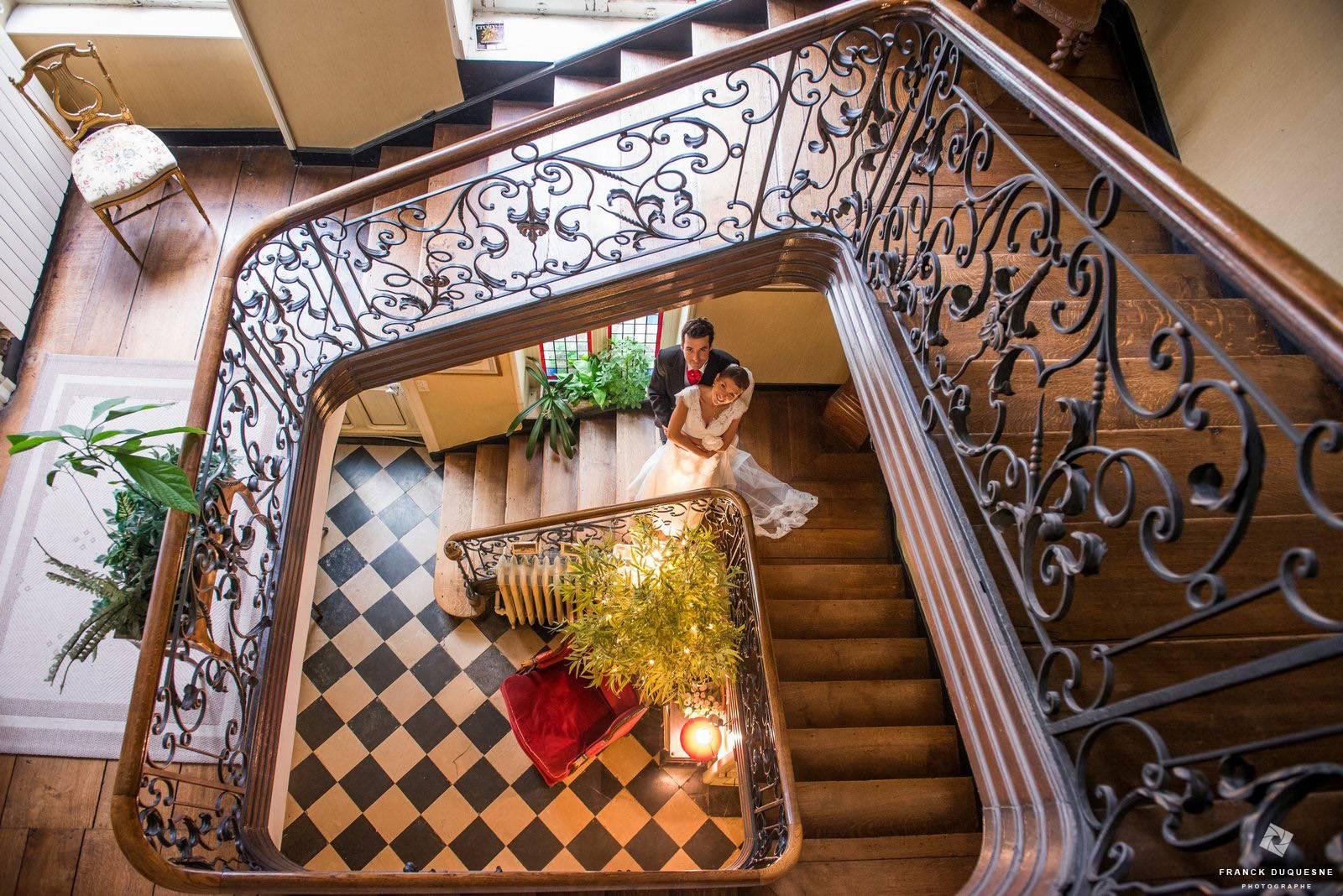 mariés dans un magnifique escalier