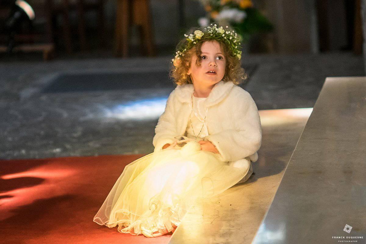 petite fille d'honneur dans l'église lumière vitraux