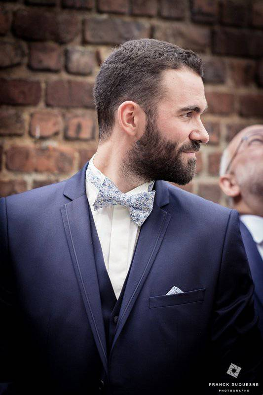 le marié juste avant le mariage à l'église