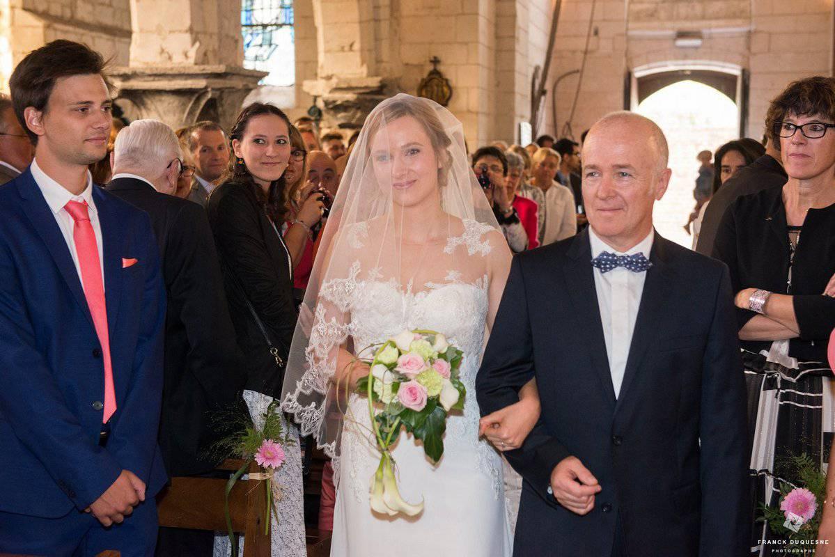 arrivé de la marié aux bras de son père à l'église
