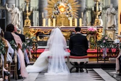 mariés de dos dans l'église