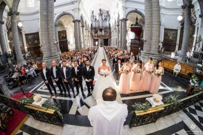 Mariage photos au grand angle dans l'église